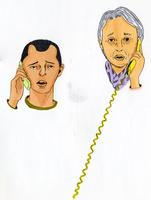 電話をかける男性とシニア女性