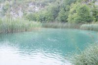 プリトヴィツェ湖群国立公園   雨のふる湖 02667000127  写真素材・ストックフォト・画像・イラスト素材 アマナイメージズ