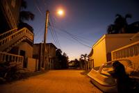 夕空の街中にとまっているボート