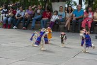 モレリア歴史地区 死者の日 伝統人形と見物する人々 02667000781| 写真素材・ストックフォト・画像・イラスト素材|アマナイメージズ