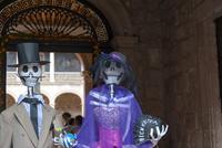 モレリア歴史地区 死者の日 骸骨のカップルと見物客 02667000784| 写真素材・ストックフォト・画像・イラスト素材|アマナイメージズ