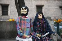 モレリア歴史地区 死者の日 ベンチに座る骸骨のカップル 02667000788| 写真素材・ストックフォト・画像・イラスト素材|アマナイメージズ