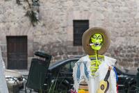モレリア歴史地区 死者の日 タバコをすう骸骨 02667000792| 写真素材・ストックフォト・画像・イラスト素材|アマナイメージズ