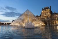 夕暮れのルーブル美術館 ピラミッドと噴水のリフレクション