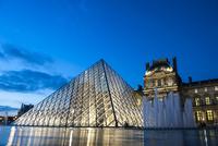 ルーブル美術館 夕暮れのピラミッドと噴水 02667001287  写真素材・ストックフォト・画像・イラスト素材 アマナイメージズ