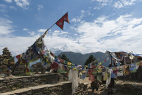 アンナプルナ 雪をかぶった山々とネパール国旗