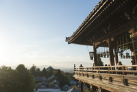 二月堂と奈良の町並み 02667001677  写真素材・ストックフォト・画像・イラスト素材 アマナイメージズ