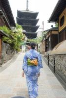 京都 三年坂を歩く浴衣の女性