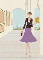 秋の美術館で絵画鑑賞をする女性