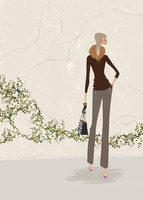 初冬の石壁の前でゼブラ柄のバッグを持ちたたずむ女性