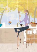 キッチンでコーヒーを飲みながら鏡を見る女性