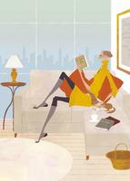 昼下がりにソファで読書をする女性