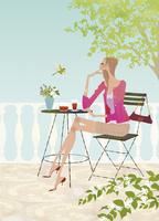 春のオープンテラスのカフェでお茶を楽しむ女性