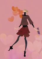 ハート形の風船を持って愛を伝える女性