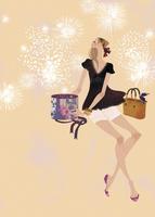 プレゼントを開けながら花火を楽しむ女性