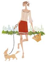 街中で楽しそうに犬の散歩をする女性