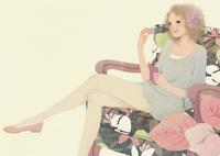 ソファに座る女性 02675000003| 写真素材・ストックフォト・画像・イラスト素材|アマナイメージズ