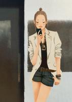 ドアの前でスマートフォンを見る女性 02675000037| 写真素材・ストックフォト・画像・イラスト素材|アマナイメージズ