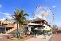 美浜アメリカンビレッジと観覧車 02677000903| 写真素材・ストックフォト・画像・イラスト素材|アマナイメージズ