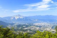 武甲山と秩父の町並み