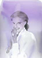 パープルなイメージの白ブラウスの女性