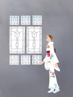 エキゾチックな窓をみる着物姿の女性
