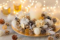 キャンドルとクリスマスデコレーション