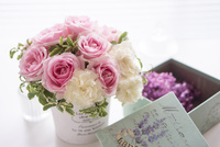 ピンクのバラとカーネーションのアレンジメント