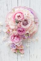 皿の上においたピンクのコラージュアレンジ
