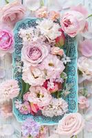 皿の上においたピンクのコラージュアレンジ 02684001052| 写真素材・ストックフォト・画像・イラスト素材|アマナイメージズ