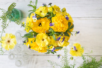 黄色とビオラのアレンジメント
