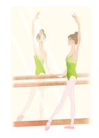 鏡を見ながらバーレッスンする女性 02697000012| 写真素材・ストックフォト・画像・イラスト素材|アマナイメージズ