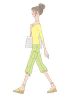 黄色い服を着て歩く女性 02697000022| 写真素材・ストックフォト・画像・イラスト素材|アマナイメージズ