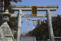 三之宮神社鳥居と伊吹山