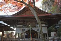 紅葉の太郎坊宮拝殿と夫婦岩 02698000113  写真素材・ストックフォト・画像・イラスト素材 アマナイメージズ
