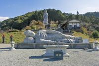 壷阪寺,大観音石像と大涅槃石像 02698000183  写真素材・ストックフォト・画像・イラスト素材 アマナイメージズ