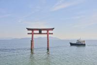 白鬚神社鳥居と船
