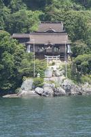 琵琶湖から見た竹生島神社(タテ写真) 02698000245  写真素材・ストックフォト・画像・イラスト素材 アマナイメージズ