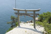 琵琶湖に向かって建つ竹生島神社鳥居