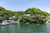 琵琶湖から見た竹生島と宝厳寺・竹生島神社