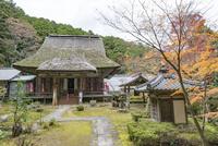 瓦屋寺の本堂と紅葉 02698000262  写真素材・ストックフォト・画像・イラスト素材 アマナイメージズ