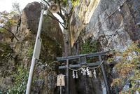 太郎坊宮夫婦岩 02698000266  写真素材・ストックフォト・画像・イラスト素材 アマナイメージズ