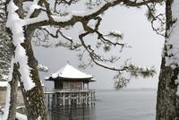 雪の浮御堂 02698000286  写真素材・ストックフォト・画像・イラスト素材 アマナイメージズ