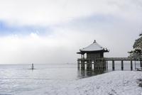 雪の浮御堂と琵琶湖 02698000287  写真素材・ストックフォト・画像・イラスト素材 アマナイメージズ
