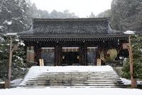雪の近江神宮内拝殿 02698000288| 写真素材・ストックフォト・画像・イラスト素材|アマナイメージズ