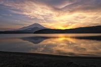 山中湖に映り込む夕暮れ時の富士山 02702000008| 写真素材・ストックフォト・画像・イラスト素材|アマナイメージズ