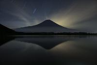 夜の田貫湖に映る逆さ富士 02702000011| 写真素材・ストックフォト・画像・イラスト素材|アマナイメージズ
