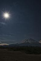 月光を浴びる富士山 02702000012| 写真素材・ストックフォト・画像・イラスト素材|アマナイメージズ