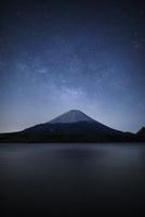 精進湖からみる富士山と天の川 02702000014| 写真素材・ストックフォト・画像・イラスト素材|アマナイメージズ