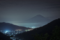 神坂峠より望む夜の富士山 02702000016| 写真素材・ストックフォト・画像・イラスト素材|アマナイメージズ